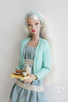 Barbie com faixa azul bebê e casaquinho.