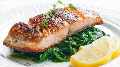 Salmon on spinach leaves- Lachs auf Blattspinat Salmon on spinach leaves - Salmon Spinach Recipes, Healthy Salmon Recipes, Seafood Recipes, Air Fryer Recipes Salmon, Salmon In Air Fryer, Delicious Recipes, Salmon Empapelado, Baked Salmon, Maple Salmon