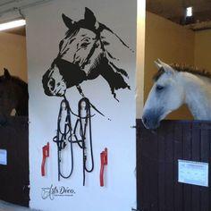Sticker portrait de cheval : Cette décoration adhésive sur le thème des chevaux et de l'équitation ira aussi bien dans une écurie, dans votre salon, votre chambre,... ou encore sur vos meubles, vos objets et enfin sur votre véhicule (voiture, van,...). #cheval #chevaux #stickers #écuries #décoration #déco Deco Stickers, Moose Art, Portrait, Color Print, Furniture, Objects, Men Portrait, Paintings, Portraits