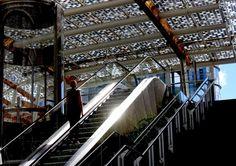 dritta sulle scale mobili