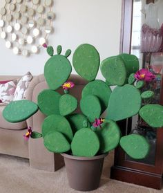 Make a Faux Flowering Cactus (TOO Cute!) If you lack a green thumb but absolutely love cactus, this is the diy project for you. You too can create your very own diy cactus. All of the fun and none of the responsibility of a green thumb. Easy Crafts, Diy And Crafts, Easy Diy, Crafts For Kids, Paper Crafts, Diy Paper, Decoration Cactus, Cactus Craft, Cactus Light