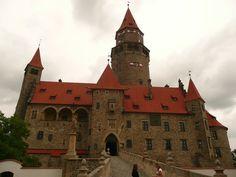 Blízké památky: Bouzov - hrad v clé své kráse.