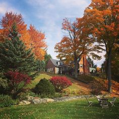 We tried to smuggle ourselves to #Vermont in RS.com's executive editor @lschocker's luggage to no avail, but at least she's sharing her lovely fall pics!😍🍂(Photo: @lschocker)