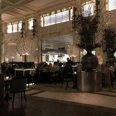 The Bank Brasserie & Bar à Vienne ©JoliVoyage / @thebankvienna @parkhyatt @thebankbrasseriebar #vienne #Wien #Vienna #tourisme #voyage @_Autriche_ @ViennaInfoB2B Chandelier, Ceiling Lights, Bar, Lighting, Design, Home Decor, Vienna, Brewery, Pretty