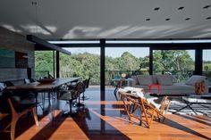 Ao abrir as grandes portas de correr, a casa toda se transforma em terraço. A chaise Filó, de Francisco Fanucci, e o sofá assinado por Marcus Ferreira, ambos da É Mobiliário Brasileiro, convidam à contemplação.