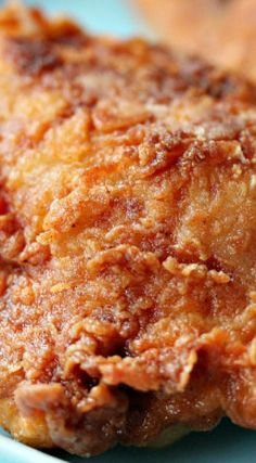 Popeye's Fried Chicken Recipe - When I lived in Atlanta, there was a Popeye's Chicken on the corner near my sub-division. I might have to try this Popeyes fried chicken recipe copycat, for old time's sake! Popeyes Fried Chicken, Fried Chicken Recipes, Baked Fried Chicken, Chicken Gravy, Chicken Savory Recipe, Copycat Popeyes Chicken Recipe, Roasted Chicken, Gumbo, Gastronomia