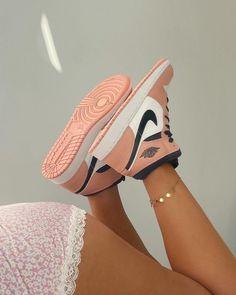 Jordan Shoes Girls, Girls Shoes, Nike Shoes For Women, Souliers Nike, Zapatillas Nike Jordan, Sneaker Shop, Pink Jordans, Outfits With Jordans, Nike Shoes Air Force