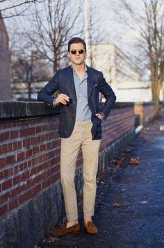 Comprar ropa de este look:  https://lookastic.es/moda-hombre/looks/blazer-camisa-de-manga-larga-pantalon-de-vestir-mocasin-panuelo-de-bolsillo/2165  — Pantalón de Vestir Marrón Claro  — Mocasín de Ante Marrón  — Camisa de Manga Larga Celeste  — Pañuelo de Bolsillo Azul  — Blazer de Tartán Azul Marino