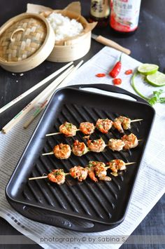 """Spiedini di gamberi con coriandolo e peperoncino in stile thai - Dal blog di @2biondeincucina  :""""http://duebiondeincucina.blogspot.it/""""- Grill rettangolare in ghisa colore nero @LeCreusetItalia #food #cucina #ricette #thai #"""