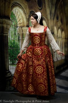 tudor kirtle in brocade , French hood Tudor Costumes, Medieval Costume, Medieval Dress, Period Costumes, Medieval Life, Medieval Fantasy, Renaissance Wedding, Renaissance Clothing, Renaissance Fashion