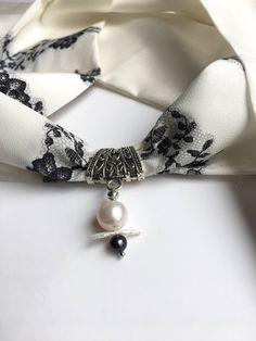 7e000f409487 Foulard bijou soie et perle eau douce, tour de cou en soie bélière et  pendentif