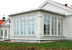 Veranda med fönster från fabriken i småland New England Style, New England Homes, New Homes, Door Design, Exterior Design, House Design, Country Porch Decor, Classic Glassware, Glass Porch