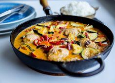 """Lättlagad och väldigt gryta med """"thaismaker"""". Allting slängs ner och tillagas i en och samma stekpanna. Experimentera gärna med grytan och ha i de grönsaker du själv gillar. Du kan enkelt byta ut någon av grönsakerna i receptet mot tex bambuskott, minimajs eller haricot verts. Du hittar fler goda recept på thairätter på bloggen. HÄR! finns recept på Gaeng ped, HÄR! på massaman curry, HÄR! på chu chee fisk och HÄR! på pad thai 4-6 portioner 4 st kycklingfiléer 2 burkar kokosmjölk (400 ml per…"""