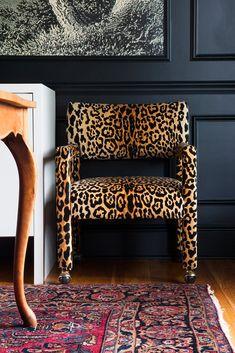 to Ignore the Trends Dark walled dining room with leopard chairs and a vintage oriental.Dark walled dining room with leopard chairs and a vintage oriental. Retro Home Decor, Home Decor Styles, Home Decor Accessories, Vintage Decor, Leopard Chair, Leopard Decor, Zebra Decor, Home Interior, Interior Design