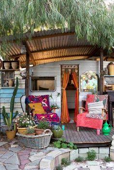 Un jardín con caravana hippie { A garden with a hippie caravan }