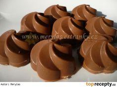 plněné pralinky Kvalitní mléčná čokoláda. Na 12 ks pralinek potřebujeme zhruba 120 g čokolády.  Na kokosovou náplň - větší množství: 1 slazené kondenzované mléko - Salko, 200 g kokosu, spařené a oloupané mandle nebo nesolené burské oříšky. Smícháme kokos se slazeným kondenzovaným mlékem. Mandle můžeme hrubě nasekat do náplně nebo dáváme do každé pralinky jednu mandličku obalenou nádivkou. Místo mandlí použijeme nesolené arašídy. Christmas Baking, Christmas Cookies, Russian Recipes, Candy Recipes, Mini Cakes, Truffles, Cookie Cutters, Sweet Tooth, Pudding