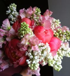 Bouquet de la Mariée du 27 avril 2013 composé de Lilas blanc, Pivoines corail et Pois de Senteur - Réalisation Catherine Lebee
