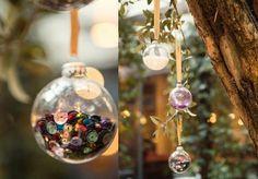 idées déco Noël à faire soi-même - boules de Noël en verre transparent remplies de paillettes multicolores