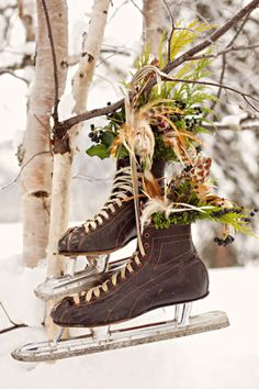 Decoration inspiration for winter weddings. Vintage ice skating boots with flowers hanging from tree Decoration Christmas, Noel Christmas, Country Christmas, Winter Christmas, Vintage Christmas, Christmas Porch, Primitive Christmas, Swedish Christmas, Christmas Flowers