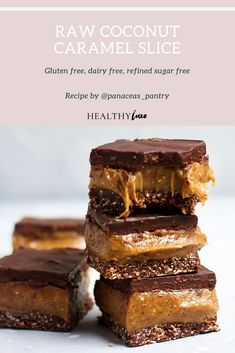 Coconut Caramel Slice – Healthy Luxe Looking for a healthy treat to make this weekend? Try this decadent coconut caramel slice recipe! It's vegan, gluten free and refined sugar. Tastes indulgent without any of the nasties! Desserts Crus, Desserts Sains, Raw Vegan Desserts, Vegan Treats, Healthy Dessert Recipes, Healthy Baking, Healthy Desserts, Gourmet Recipes, Raw Food Recipes