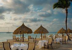 Cena en la arena con vistas del atardercer e de las playas de Aruba. Aruba Marriott Resort & Stellaris Casino