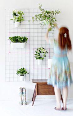 Green DIY Wall Planter - Home Decorating Trends - Homedit Plantador Vertical, Jardim Vertical Diy, Vertical Garden Diy, Vertical Planter, Diy Garden, Home And Garden, Garden Care, Homemade Chandelier, Diy Wall Planter