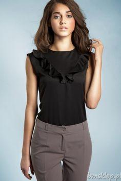 Efektowna bluzeczka bez rękawów, której delikatny, lekko połyskujący #material oraz ukośne #falbanki wszyte na klatce piersiowej dodają stonowanej elegancji oraz niepowtarzalnego wdzięku. Wygodny krój pozwoli cieszyć się nią wszystkim kobietom, niezależnie od figury, gwarantując przy tym komfort noszenia. Jest to doskonała propozycja na oficjalne spotkania, także służbowe, jednak uniwersalny fa... #Bluzki - http://bmsklep.pl/bluzki
