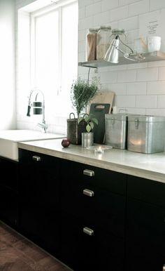 zwarte keuken lichtblad, witte achtergrond
