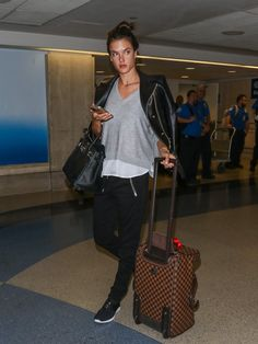 Pin for Later: 32 Times Alessandra Ambrosio's Airport Style Had That Model-Off-Duty Look 2015 Airport Travel Outfits, Travel Outfit Summer, Summer Outfits, Airport Fashion, Travel Wear, Travel Style, Celebrity Airport Style, Look 2015, Models Off Duty