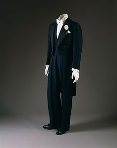 Evening suit: Men's fashion tended to be monochromatic suits with a long tailcoat that was short in the front. This also looked like a mess jacket from the front, but the tail made it more formal. There is a crease in the pants and lapels are large. Mode Masculine, 1930s Fashion, Moda Fashion, Men's Fashion, Savile Row, Historical Clothing, Mode Style, Fashion History, American