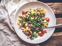 Värikäs salaatti avokadolla ja mangolla Tämä salaatti on ilo silmälle, kiitos sen raikkaat värit ja ihana koostumus. #avokadosalaatti #mangosalaatti #kasvisreseptit Pasta Salad, Risotto, Mango, Ethnic Recipes, Manga, Cold Noodle Salads, Noodle Salads, Macaroni Salad