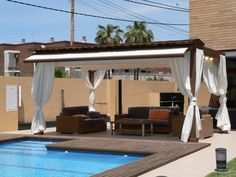#Exterior #Piscina #Terraza #moderno #paisajismo via @planreforma #muebles de exterior #pergola #madera