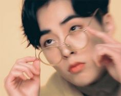 [GIF] EXO | Xiumin | Kim Minseok (⁄ ⁄•⁄ω⁄•⁄ ⁄) Baekhyun, Kim Minseok Exo, Kim Min Seok, Exo Memes, Wattpad, Kpop, Drama, Glasses, Asian Beauty