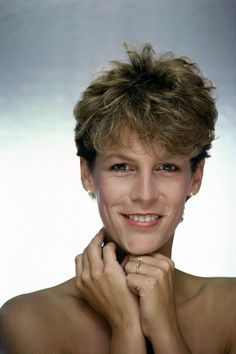Never Underestimate The Influence Of Jamie Lee Curtis Hairstyles Tony Curtis, Jamie Lee Curtis Young, Jamie Lee Curtis Haircut, Vintage Photography Women, Photography Ideas, Jennifer Aniston Legs, James Lee, Janet Leigh, Por Tv