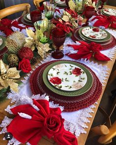60 Best Christmas Table Decor ideas for Christmas 2019 where traditions meets grandeur - Hike n Dip Purple Christmas Decorations, Christmas Table Settings, Christmas Tablescapes, Holiday Decor, Christmas Tabletop, Christmas Candles, Tree Decorations, Seasonal Decor, Christmas China