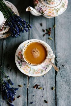Chai tea brewed with lavender, cloves, cardamon, cinnamon and ginger and sweetened with maple syrup. Art Cafe, Coffee Photos, Coffee And Books, My Cup Of Tea, Coffee Cafe, Coffee Break, High Tea, Chai, Afternoon Tea