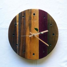 大人気のオリジナル壁掛け時計。樹種も様々、無垢材ならではの色彩と風合いを感じていただけます。段違いの表面に極めつけは天然(本物)の葉の秒針などどれをとっても他... ハンドメイド、手作り、手仕事品の通販・販売・購入ならCreema。