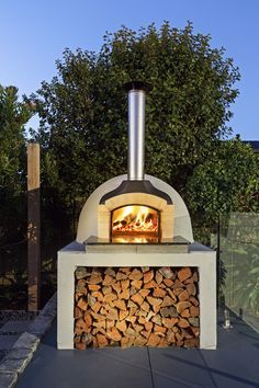 These fire pit ideas and designs will transform your backyard. Check out this list propane fire pit, gas fire pit, fire pit table and lowes fire pit of ways to update your outdoor fire pit ! Find 30 inspiring diy fire pit design ideas in this article. Diy Pizza Oven, Pizza Oven Outdoor, Wood Oven Pizza, Brick Oven Outdoor, Modern Outdoor Pizza Ovens, Outdoor Bbq Kitchen, Outdoor Kitchen Design, Outdoor Kitchens, Fire Pit Bbq