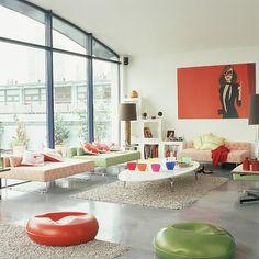 salon moderne en couleurs claires et décoration pop art