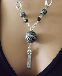 Collier noir et argent perles réalisées à la main en pâte polymère. : Collier par vilicreation Tassel Jewelry, Beaded Jewelry, Jewelery, Jewelry Necklaces, Handmade Jewelry, Beaded Necklace, Schmuck Design, Polymer Clay Jewelry, Jewellery Display