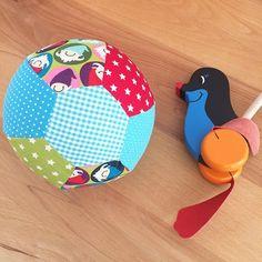 Seit langem mal wieder eine Luftballon-Ballhülle genäht Ich glaube das kleine Geburtstagskind wird sich freuen. Bälle sind immer toll und diesen kann man super überall mit hinnehmen und auch gefahrlos im Wohnzimmer verwenden. Sogar meine großen Jungs kicken mit unserem Luftballon-Ball immer mal wieder gern #nähenfürjungs #nähenfürkinder #luftballonhülle #luftballon #ball #selbernähen #stoffresteverwertung