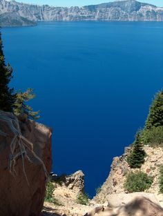 Looking across Crater Lake toward Wizard Island and deep blue water ...