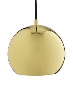 Design by Frandsenin Ball-riippuvalaisin on ihastuttavan pyöreä ja pelkistetty. Herkullisissa väreissä tuleva Ball ihastuttaa kotona ja töissä ja valaisee tunnelmallisesti. Design Benny Frandsen. <br><br/> Materiaali on metallia. <br><br/> Johdon pituus 2 metriä ja suositeltava polttimo on E27 enintään 40 W. <br><br/> 111505105001