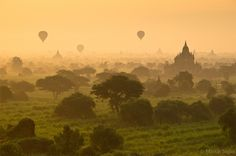 Balloons over the temples in Bagan, Myanmar (Burma) by Martin Sojka.