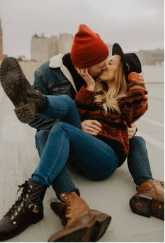 Adorable pose for couples photos Couples Poses For Pictures, Teen Couple Pictures, Maternity Pictures, Maternity Outfits, Family Pictures, Bridal Boudoir Photography, Couple Photography Poses, Friend Photography, Maternity Photography