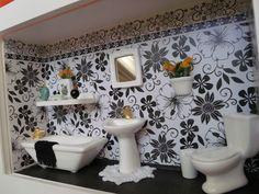 Quadro de banheiro feiro em madeira MDF, pintado com tinta PVA, miniaturas de gesso pintadas à mão e envernizadas, detalhes de biju e flores artificiais.Quadro encerado e com vidros de proteção.