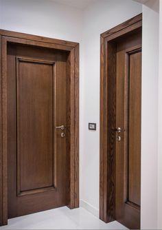 Εσωτερικές πόρτες ταμπλαδωτές από δρυ με μασίφ κασελίκι.