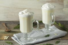 Warm up with this White Chocolate Peppermint Moonshine. Spiked with an ample amount of peppermint moonshine, this drink is best served warm. Chocolate Shop, Hot Chocolate Recipes, White Chocolate Chips, Melting Chocolate, Desserts In A Glass, Vanilla Recipes, Winter Drinks, Christmas Drinks, C'est Bon
