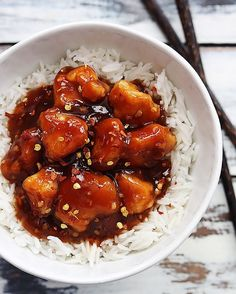 INGREDIENTS: 3-4 chicken breasts, diced ⅓ cup cornstarch sauce 1 cup water 2-3 tablespoons sriracha (depending on how spicy you want it) 5 tablespoons soy sauce 1 tablespoon minced garlic ¼ cup sugar 2-3 tablespoons honey (depending on how sweet you want it) 2 tablespoons corn starch + 2 tablespoons cold water optional: crushed red pepper flakes, cooked rice for serving