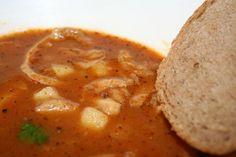 Teplá polievka v chladných zimných dňoch pôsobí ako balzam na dušu. Šéfkuchár Tomáš Opletal vás naučí, ako si ju pripraviť trochu inak.
